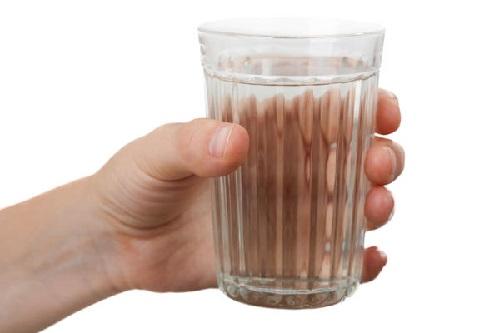 Рука держит стакан