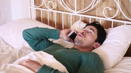 Человек говорит по телефону